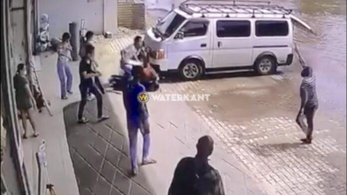 VIDEO: Klant slaat winkelier en wordt daarna in elkaar geslagen door groep Chinezen