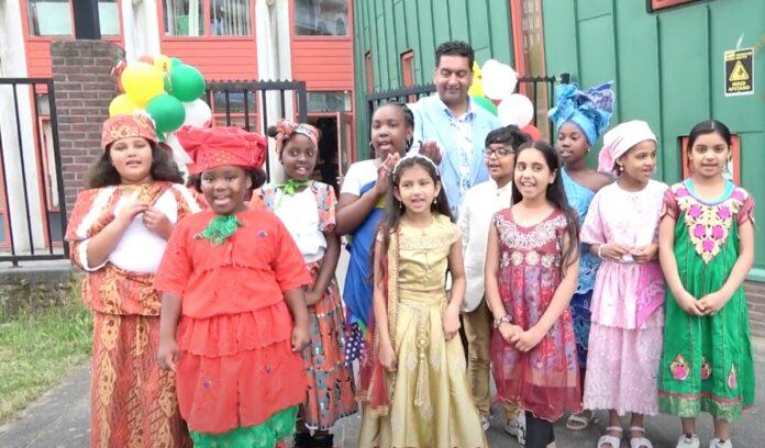 Ambassadeurs bezoeken Shri Laksmi School tijdens Keti Koti viering