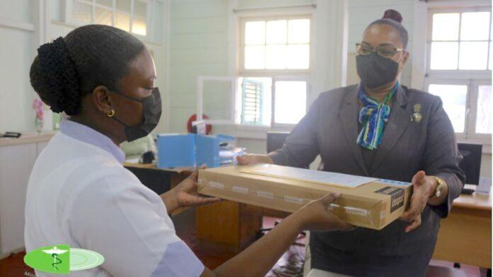Bejaardetehuizen ontvangen laptops ter ondersteuning COVID-19 zorg