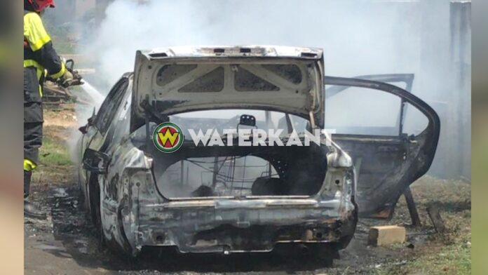 Geparkeerde auto in brand gevlogen en verwoest