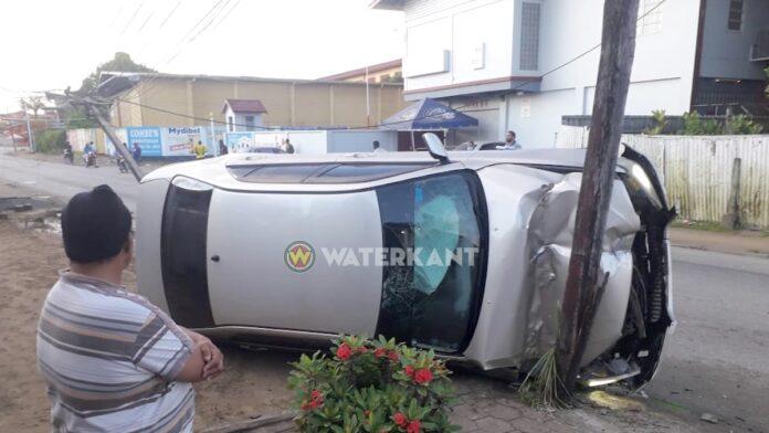 Automobilist ramt twee stroompalen tijdens total lockdown