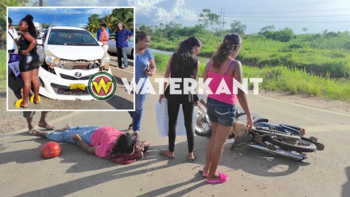 Vrouw op brom eerst aangereden door andere bromfietser en daarna door auto