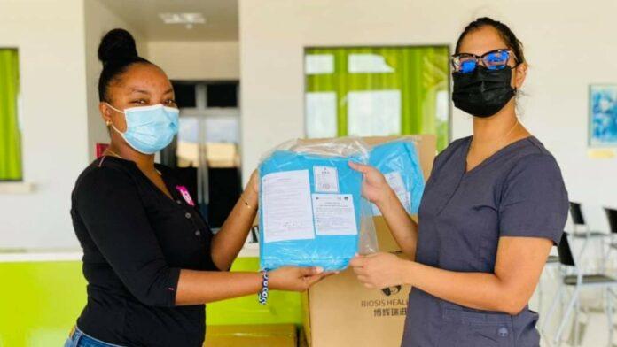 DA Drogisterij schenkt 500 PPE-jassen aan Wanica Ziekenhuis