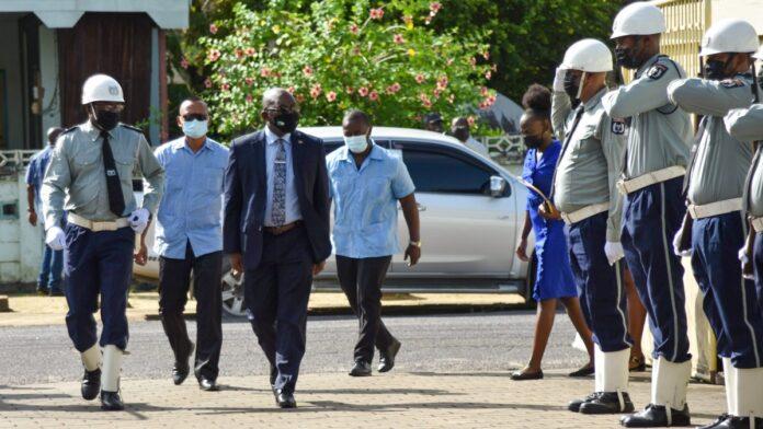 Minister Amoksi brengt kennismakingsbezoek aan BBS