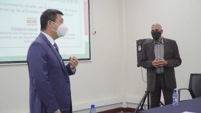 Minister informeert Chinese ambassade en bedrijven over herstelplan Suriname