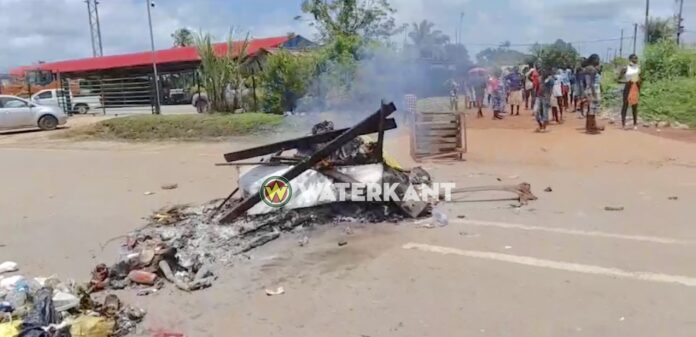 Politie schiet man neer, boze bewoners barricaderen weg