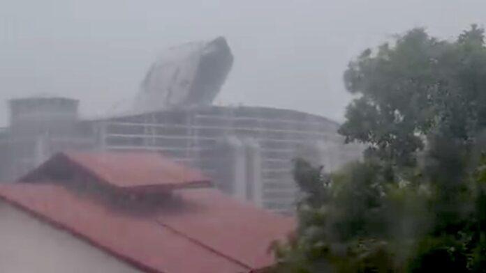 VIDEO: Dakplaten Congreshal losgeraakt door rukwind