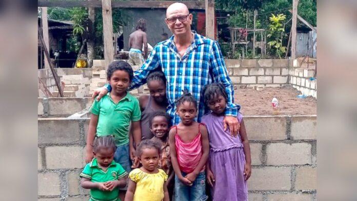8 minderjarige kinderen verliezen moeder; help met bouw nieuwe woning