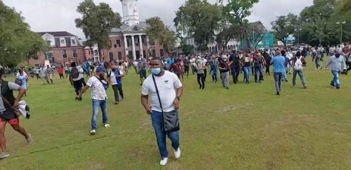Demonstranten toch via Onafhankelijkheidsplein naar DNA gebouw
