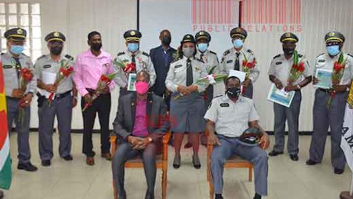 Elf politieambtenaren gehuldigd vanwege 40 dienstjaren