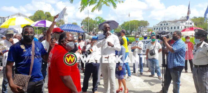 VIDEO: Kleine groep protesteert bij DNA tegen grondconversie-wet