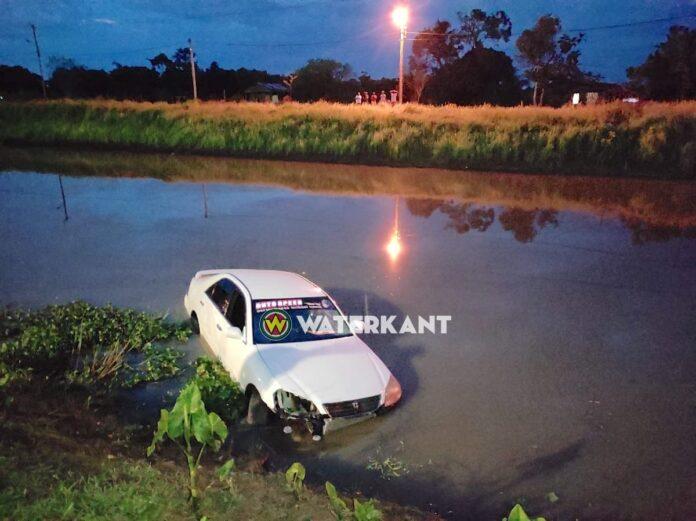 'Raceauto' eindigt in water van Magentakanaal