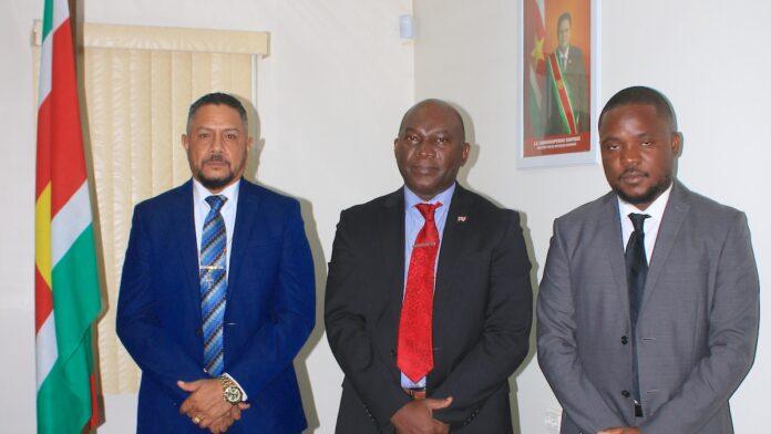 Minister Kenneth Amoksi maakt kennis met nieuw bestuur Politiebond