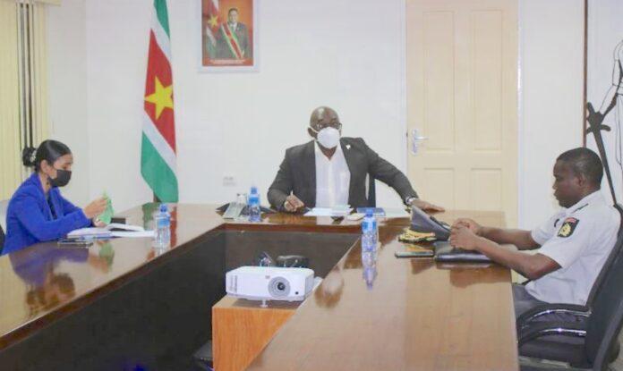 Veiligheidsoverleg minister Justitie met waarnemend PG en korpschef KPS
