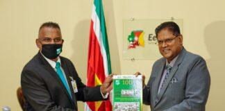 President ontvangt eerste exemplaar boek '100 jaar Transvaal'