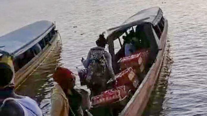Hosselaars dragen Fernandes broden van Marowijne weg naar Frans-Guyana