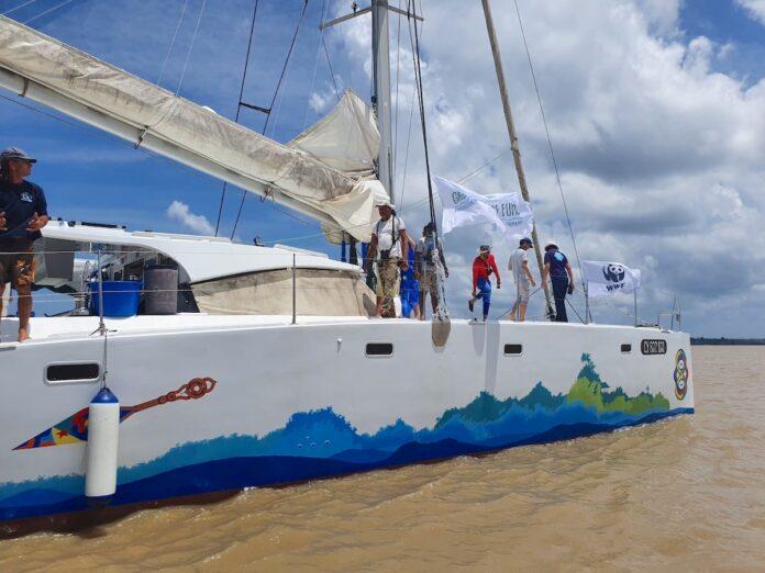 Catamaranmet Surinaams team brengt mariene fauna in kaart