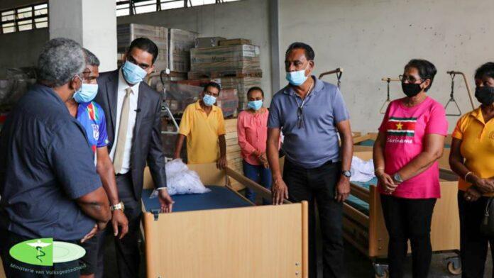 Vriendengroep Himmat-OHM doneert ziekenhuisbedden aan Volksgezondheid