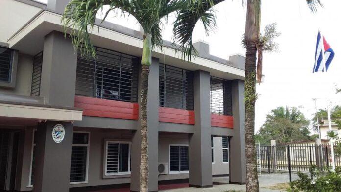 Verwarde Cubaanse gaat tekeer bij ambassade in Suriname
