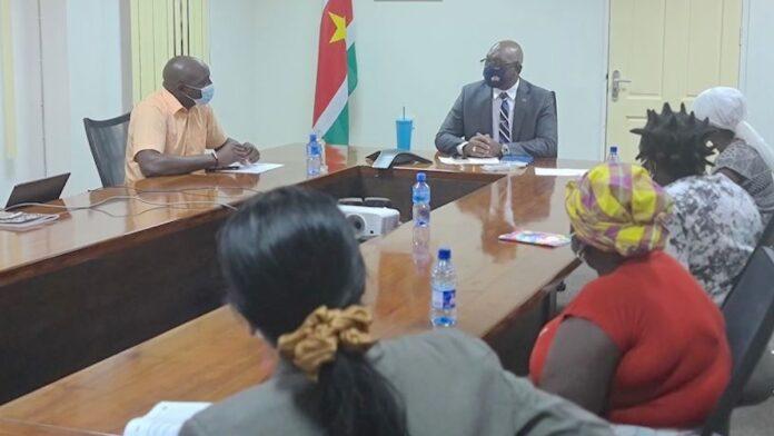 Minister Amoksi ontvangt familieleden neergeschoten onschuldige man