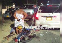 Bromfietser knalt achterop auto en raakt zwaargewond