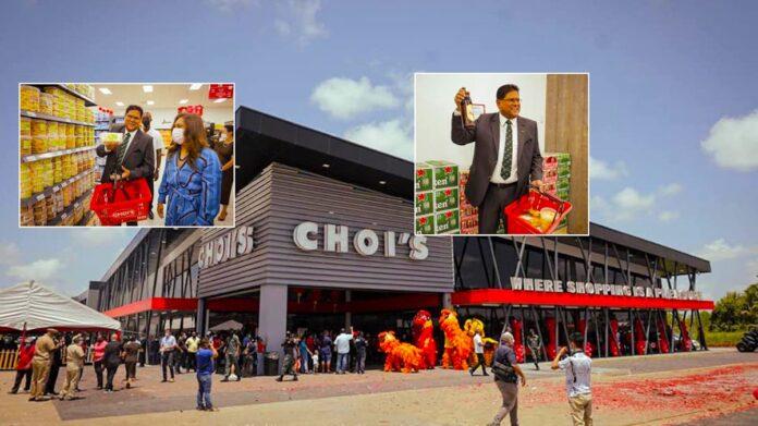 President Santokhi verricht opening Choi's Lelydorp