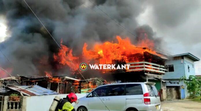 VIDEO: Felle brand bij woningen aan de Karailaweg