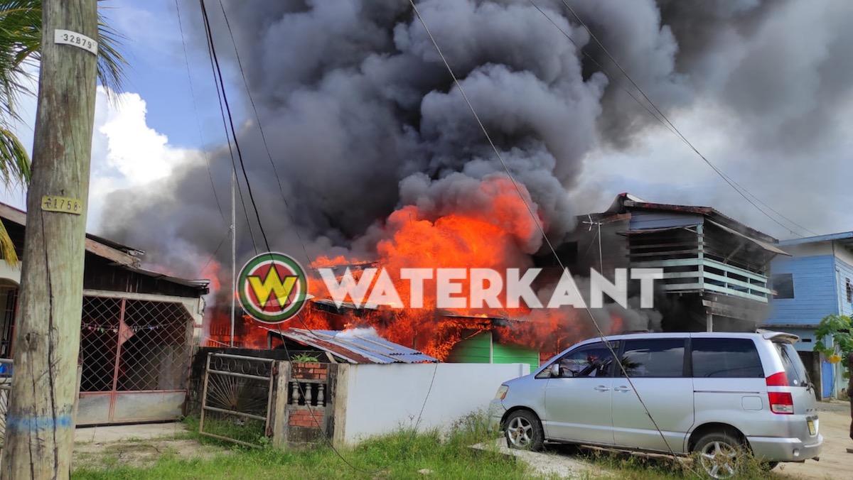 Felle brand bij woningen aan de Karailaweg