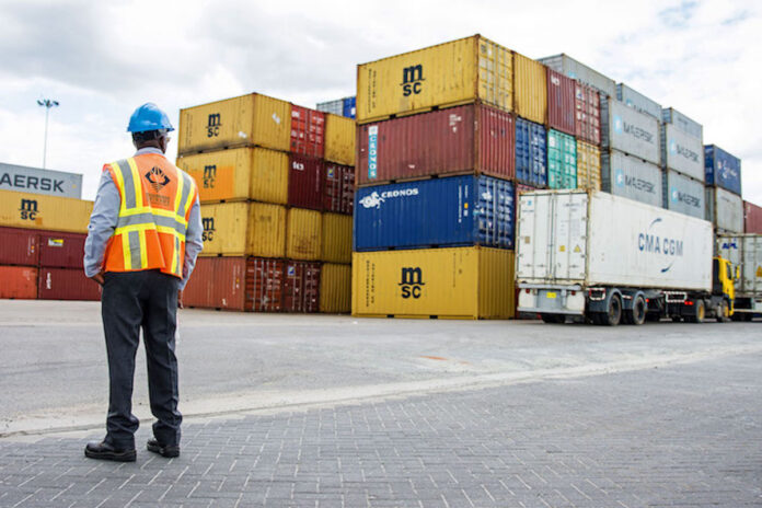 Containers op Surinaamse haven