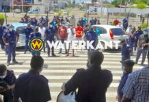 Manschappen Korps Brandweer Suriname lopen naar regeringsgebouw