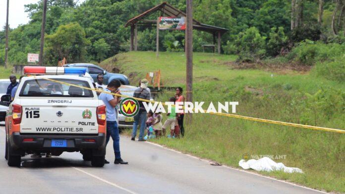 De politie in Suriname tast nog in het duister betreffende het motief van een schietpartij, waarbij een 47-jarige man donderdagochtend aan de Krakweg werd doodgeschoten. Het slachtoffer genaamd Terrence Thomas liep naar zijn werk, toen hij ter hoogte van Plantage Limtutu vanaf het bos aan de overkant van de weg geraakt werd door schoten uit een jachtgeweer. De man die als bouwvakker werkzaam was bij Baboenkreek, vertrok rond 09.00u vanuit zijn verblijfplaats te Cabendadorp, om te voet naar het werk te gaan. Een bewoner van het dorp Kowroe Kriki zou twee schoten gehoord hebben, waarna hij de man langs de weg zag liggen. De politie van Zanderij werd ingeschakeld en trof het slachtoffer met schotverwondingen over zijn lichaam levenloos aan. De verwondingen zijn veroorzaakt door gebruik van hagelpatronen. Uit onderzoek blijkt dat er vanuit het bos aan de andere kant van weg op de man is geschoten.