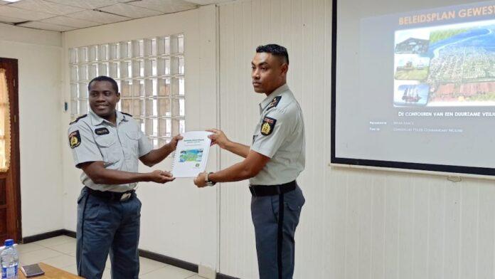 Beleidsplan Gewest Nickerie aangeboden aan hoofd Korps Politie Suriname