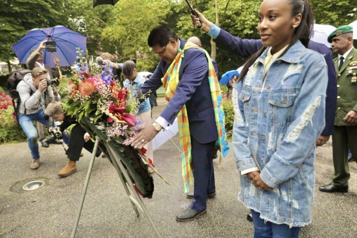 Surinaamse president legt krans bij slavernijmonument Amsterdam