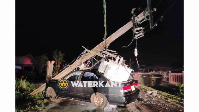 Vrouw knalt tegen EBS mast; transformator valt op auto