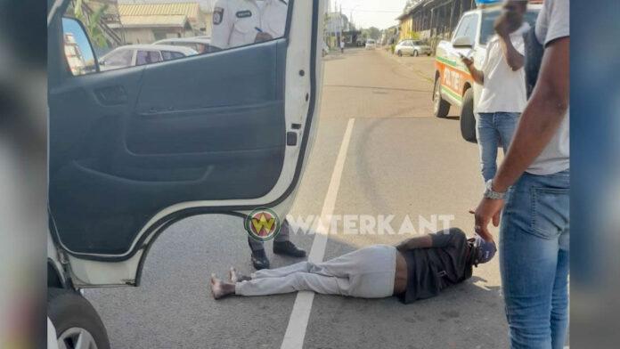 Automobilist schept voetganger en rijdt daarna door