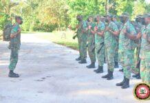 Cursisten Surinaamse Militaire School op voetpatrouille in dorp Hollandse kamp