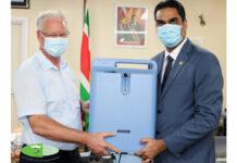Zuurstofconcentrators overhandigd aan minister Ramadhin