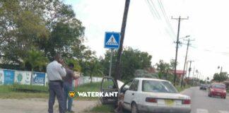 Auto ramt EBS-mast bij politiebureau