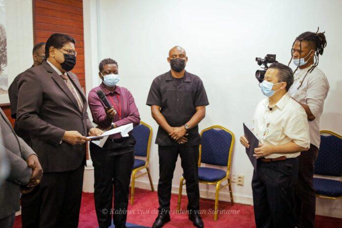 Dialysepatiënten overhandigen petitie aan president