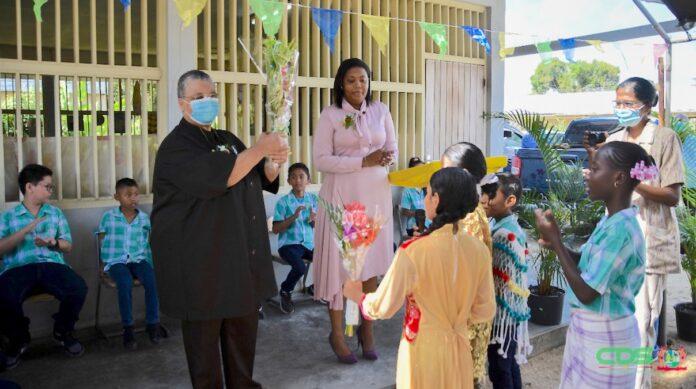 Minister van Onderwijs bezoekt school op eerste schooldag