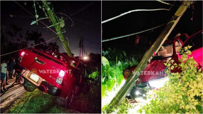 Pick-up rijdt EBS-mast kapot en duikt in trens