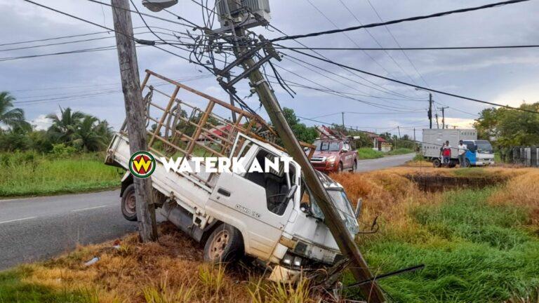 Pick-up rijdt elektriciteitsmast kapot na uitwijken voor auto