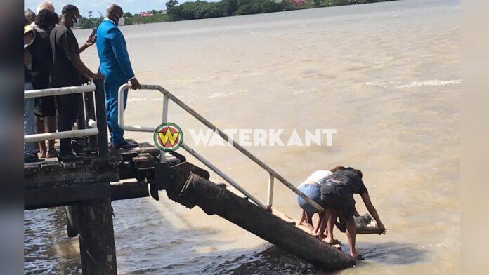As Eddy Jozefzoon verstrooid in Surinamerivier