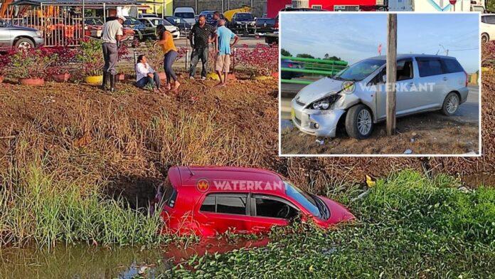 Inhalende bestuurder ramt afslaande automobiliste het kanaal in