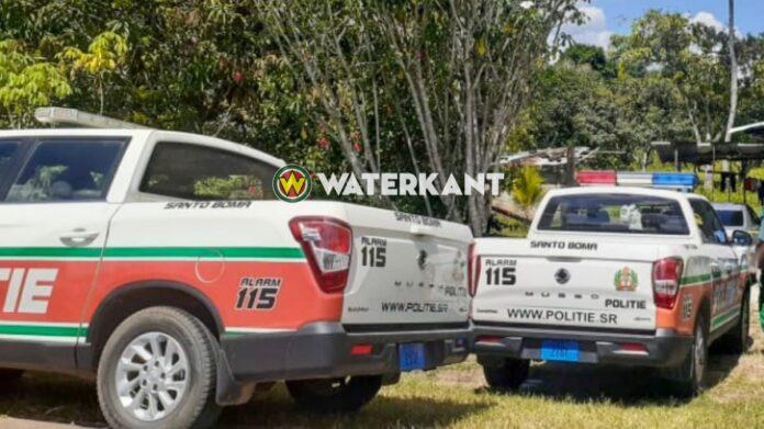 Gestoorde man rijdt weg in met draaiende motor geparkeerde auto