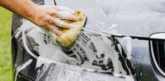 Werknemers carwash stelen sieraden uit auto klant