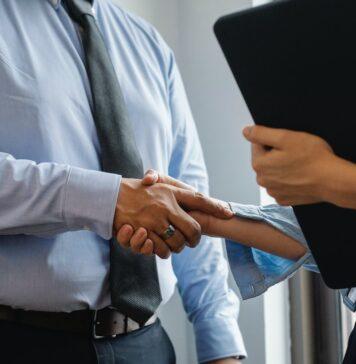 Aangifte bankmedewerksters tegen directeur vanwege seksuele intimidatie