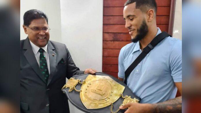 Donovan Wisse op bezoek bij president Suriname