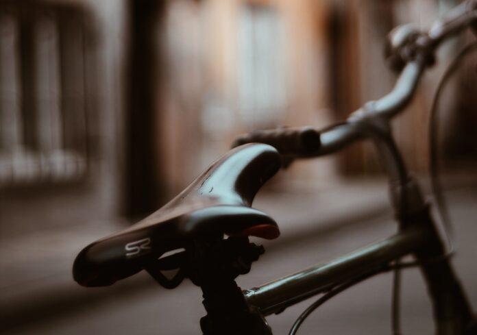 Rovers rijden fietsende tiener klem en gaan er met fiets vandoor