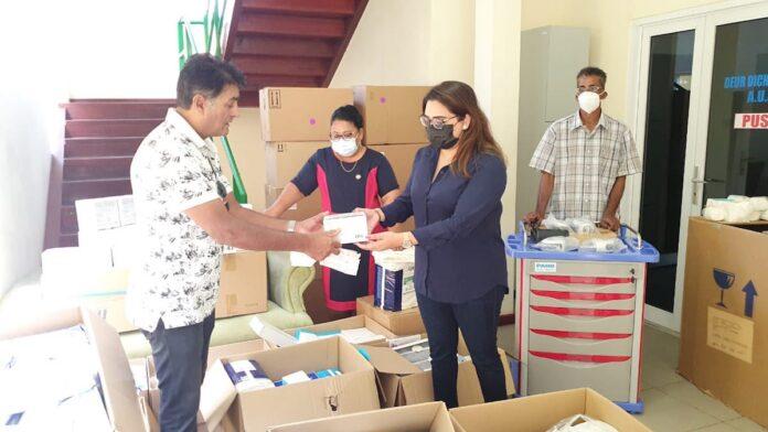 MCC krijgt medische hulpmiddelen van gepensioneerde chirurg Mahabier